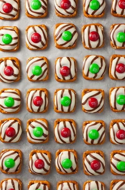 Party finger foods and party appetizers: Pretzel M&M Hugs